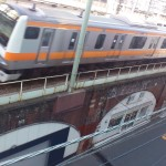 最新の電車とレンガ高架橋